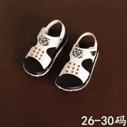 XD83 Sandal trắng đinh tán cho bé size 26-30, 3-5tuổi