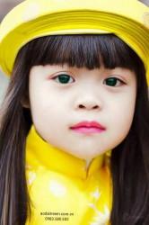 Bé mặc áo dài vàng xu Gấm Thái Tuấn