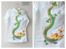 Áo dài cách tân vẽ rồng màu trắng cho bé trai