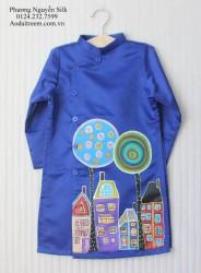 Áo dài vẽ cho bé trai hình ngôi nhà