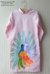 Áo dài vẽ cho bé gái hình con công hồng phấn