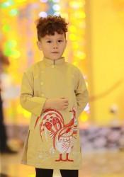 Áo dài vẽ gà cho bé trai màu vàng đồng