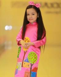 Áo dài vẽ tay ngôi nhà cho bé gái