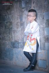 Áo dài cho bé trai vẽ gà chọi nhau màu trắng