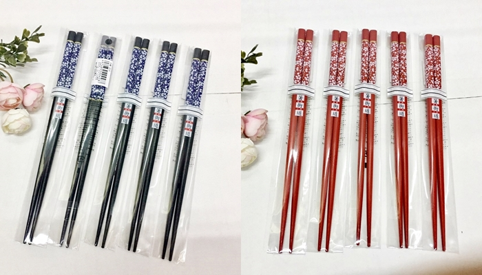 Set 1 đôi đũa Nhật mẫu hoa năm cánh (màu đỏ, đen)
