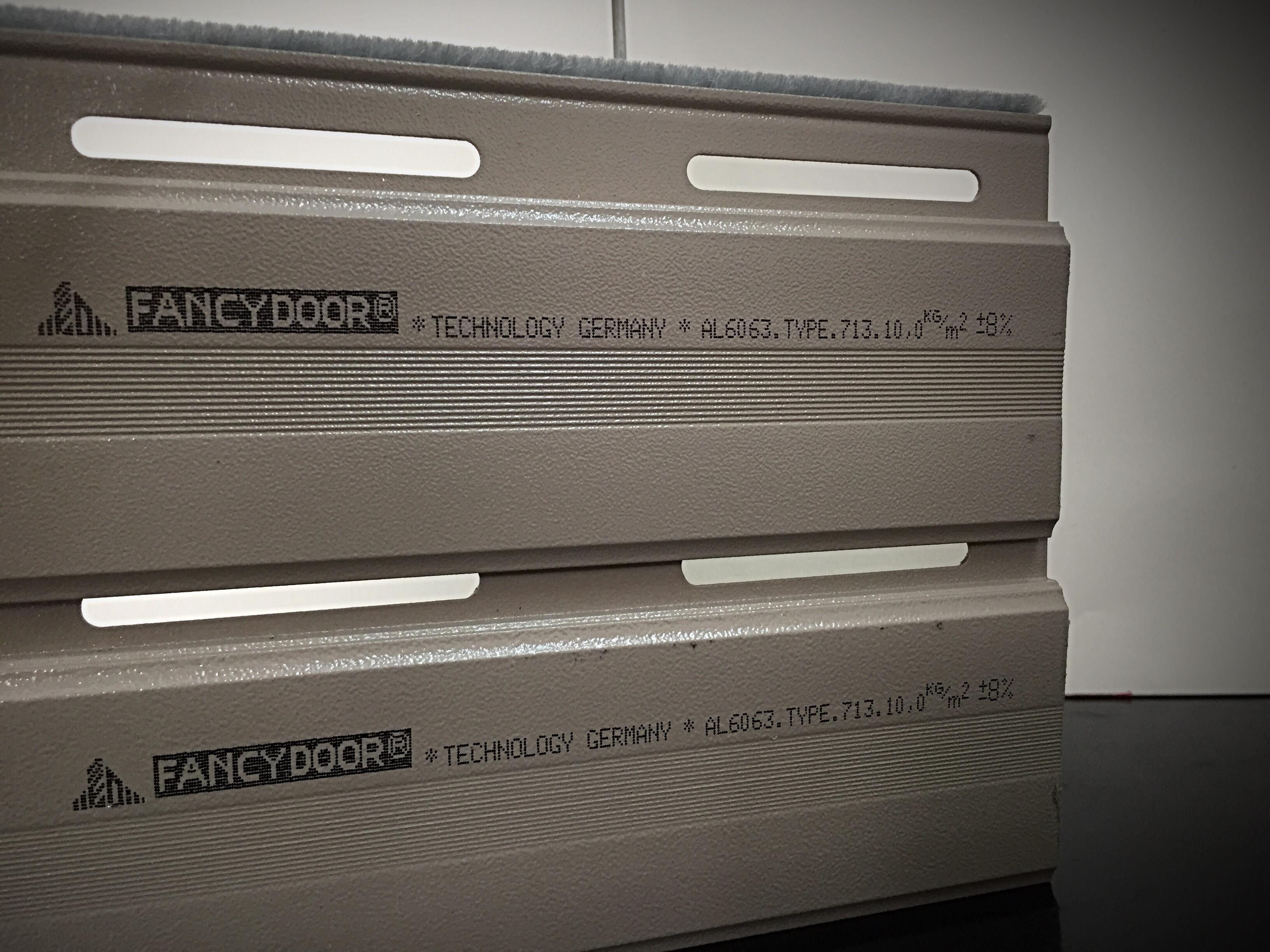 Cửa cuốn khe thoáng siêu êm, giảm chấn 2 chiều Fancydoor 713
