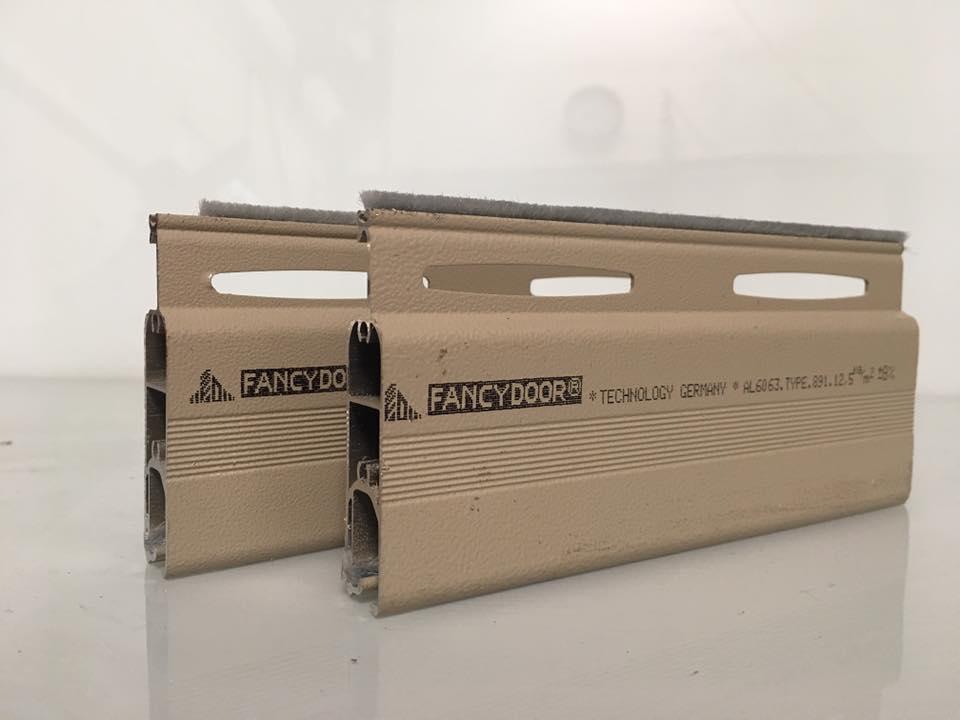 Cửa cuốn khe thoáng siêu êm, giảm chấn 2 chiều Fancydoor 891